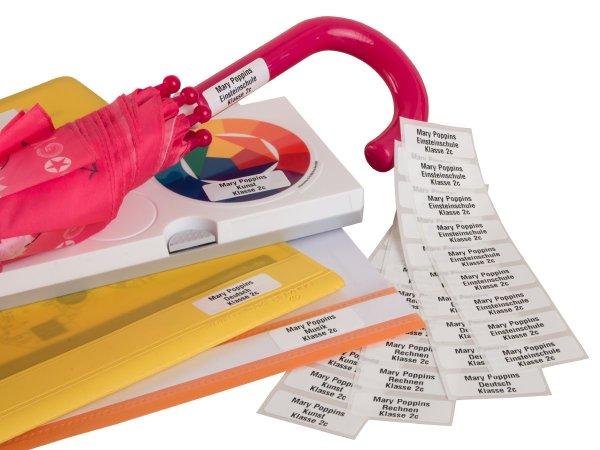 """Anwendung: Namensetik. Schule Material:Polyethylen-Folie hochglänzend weiß Größe:40x15mm Kopfzeile:""""Ihr Wunschtext"""" Schriftart:Classic Stellenanzahl:ohne Sonderetikett:Repeat 50 Menge:8"""